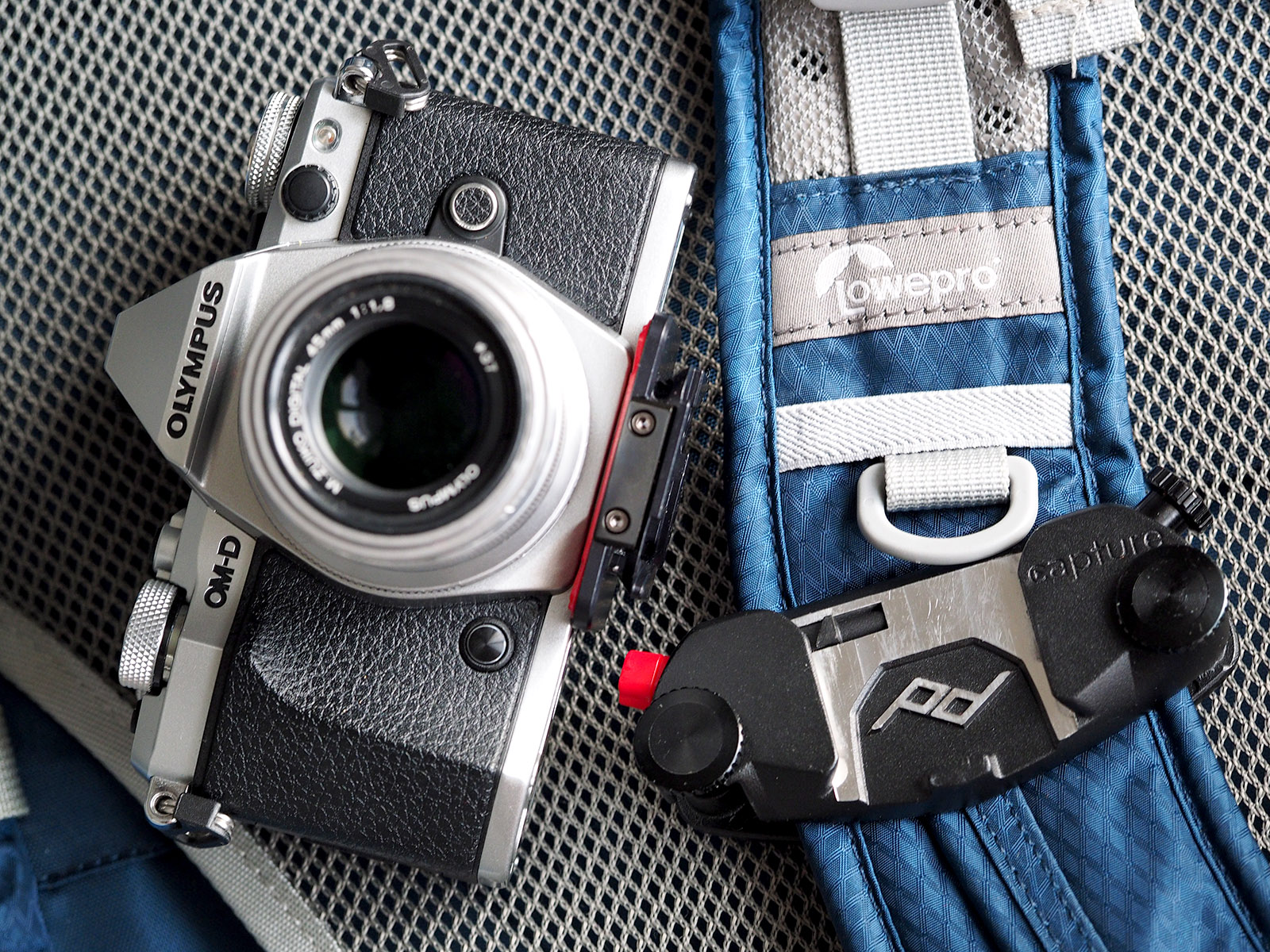 Capture zamocowany na ramieniu plecaka fotograficznego